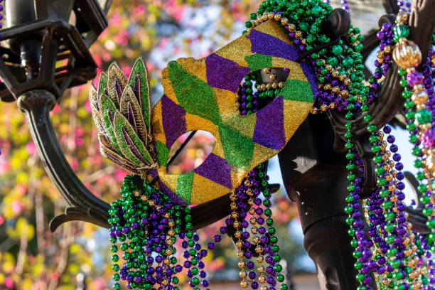 outdoor mardi gras beads and mask on light post - koralik zdjęcia i obrazy z banku zdjęć