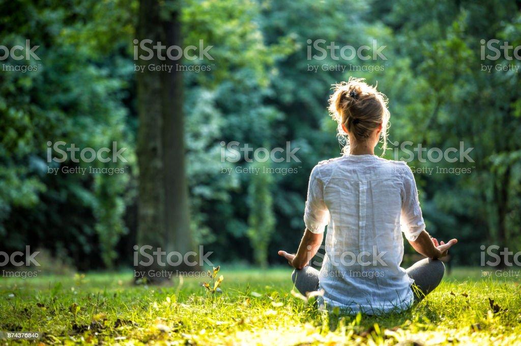 Buiten meditatie - Royalty-free Alleen volwassenen Stockfoto