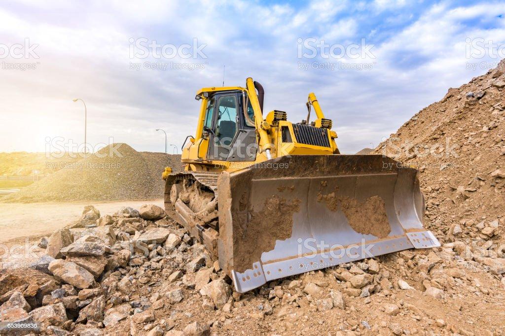 Mina al aire libre con maquinaria pesada, excavadoras para movimiento de tierra y roca stock photo