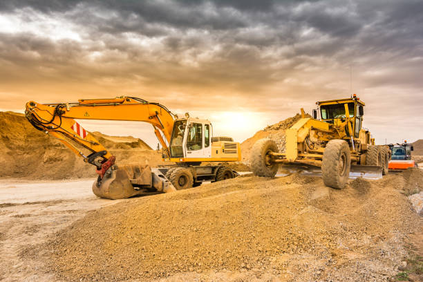 Outdoor mine with heavy machinery, earthmoving and rock excavators Mina al aire libre con maquinaria pesada, excavadoras para movimiento de tierra construction machinery stock pictures, royalty-free photos & images