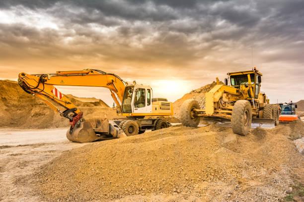 Mina al aire libre con maquinaria pesada, excavadoras para movimiento de tierra y roca - foto de stock