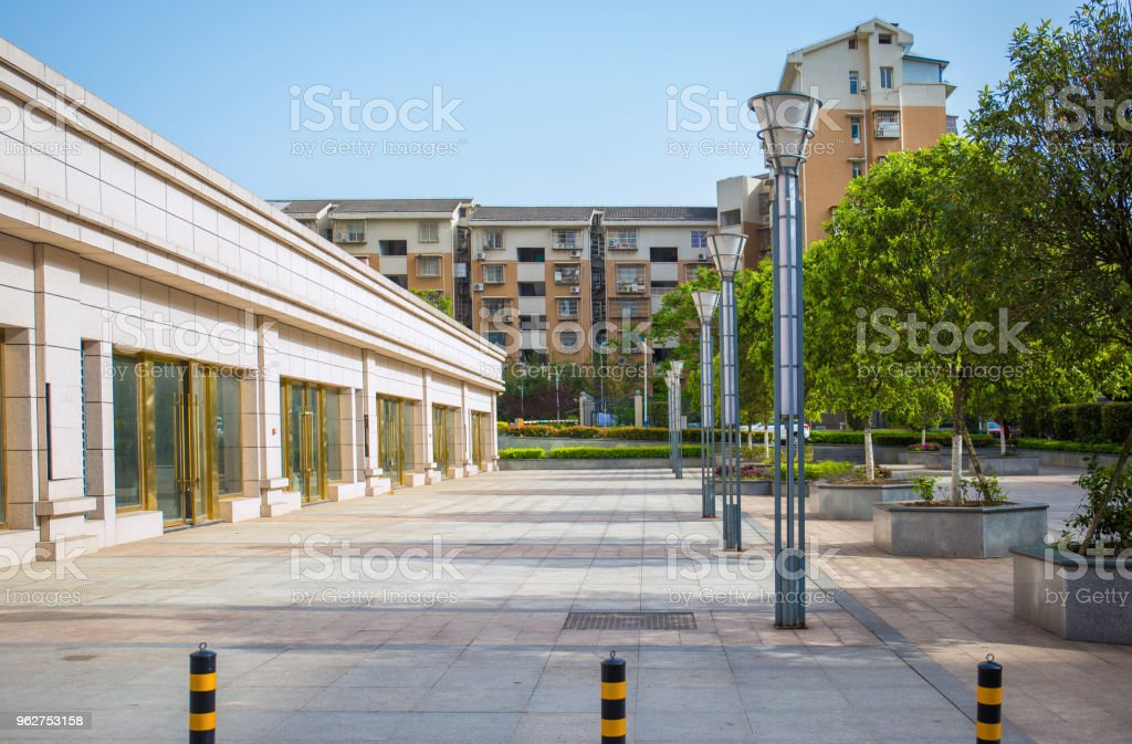 Parque ao ar livre, limpo quadrado, sob a luz solar - Foto de stock de Arquitetura royalty-free
