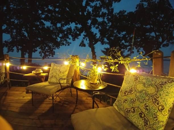 terrasse im freien möbel party deck platz lichterketten nachts - terrassen lichterketten stock-fotos und bilder