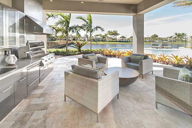 außenpatio küche luxus-außenansicht - naturstein terrasse stock-fotos und bilder