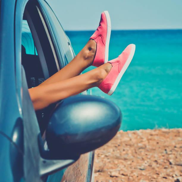 outdoor-foto von weiblichen beine aus dem fenster des autos - soup_studio stock-fotos und bilder
