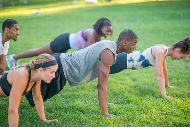 plank training im freien - militärisches training stock-fotos und bilder