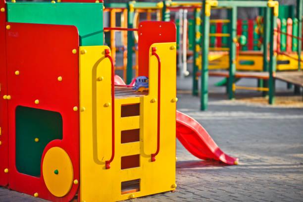 spielplatz im freien für kinder aus nächster nähe - gummimulch stock-fotos und bilder