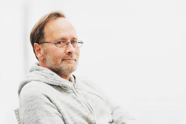 Outdoor Portrait von 50 Jahre alten Mann mit grauen Kapuzenpulli und Brillen – Foto