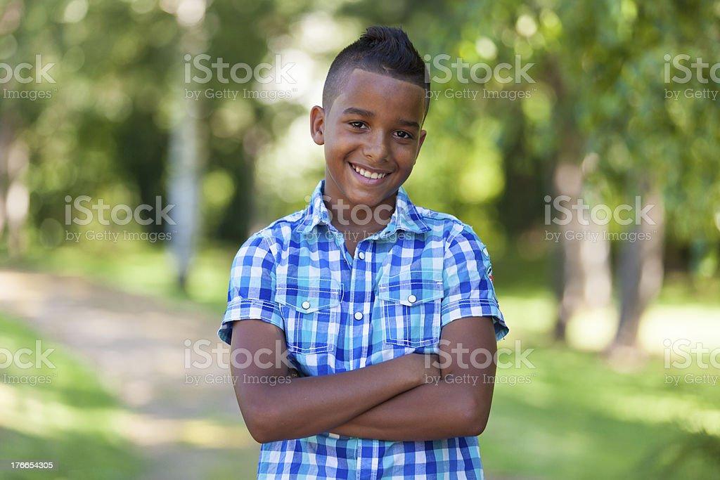 Retrato de linda al aire libre de un chico adolescente negro foto de stock libre de derechos