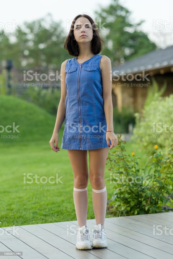 Portrait en plein air d'une jolie jeune fille âgée de 16 ans. - Photo