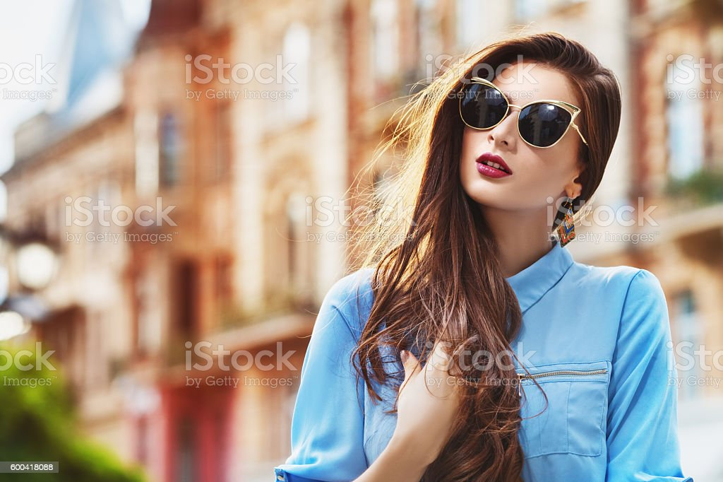 Outdoor portrait of a young beautiful confident woman posing on – Foto