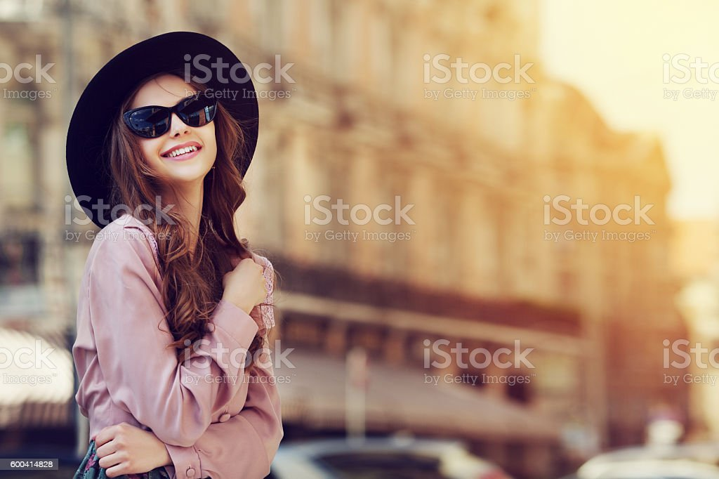 Outdoor portrait of a young beautiful fashionable happy lady posing – Foto