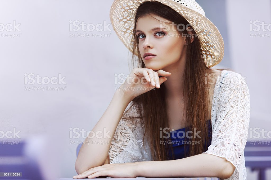 Outdoor portrait of a young beautiful fashionable lady posing on – Foto