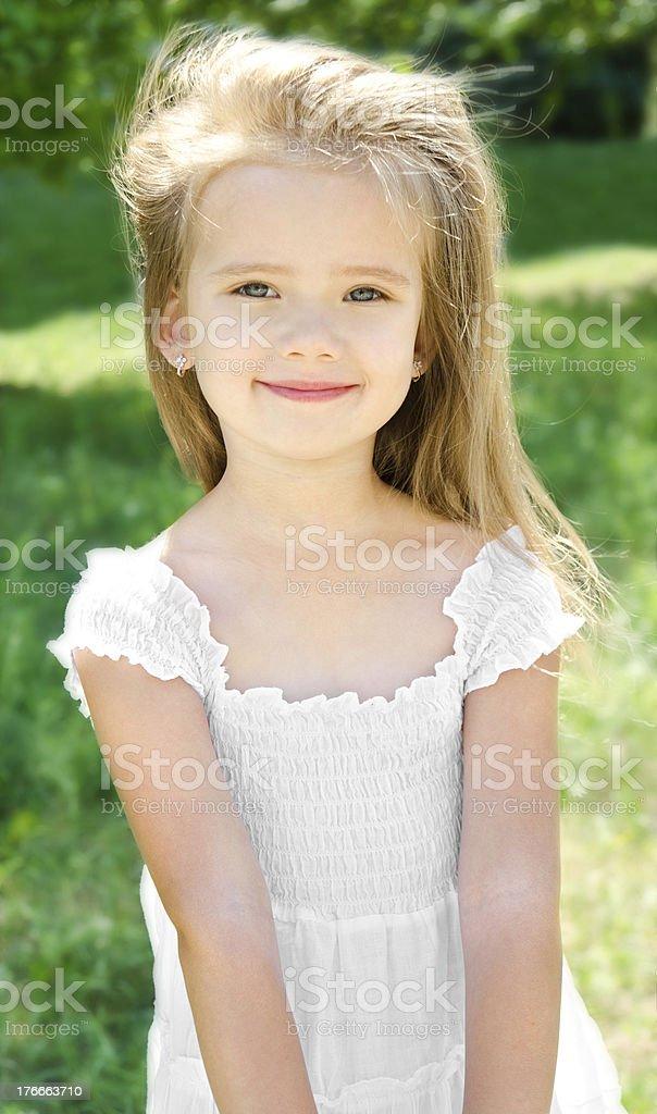 Encantadores al aire libre sonriendo Retrato de niña foto de stock libre de derechos