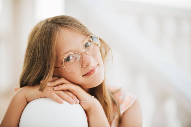 Outdoor-Porträt von schönen jungen Mädchen mit Brille, schiefen Kopf an Händen, schließen Sie herauf Bild – Foto