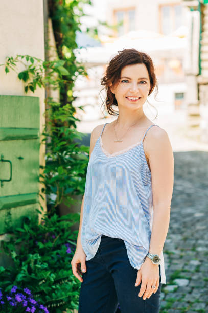 Outdoor-Porträt von schönen jungen Frau mit dunklen Haaren – Foto