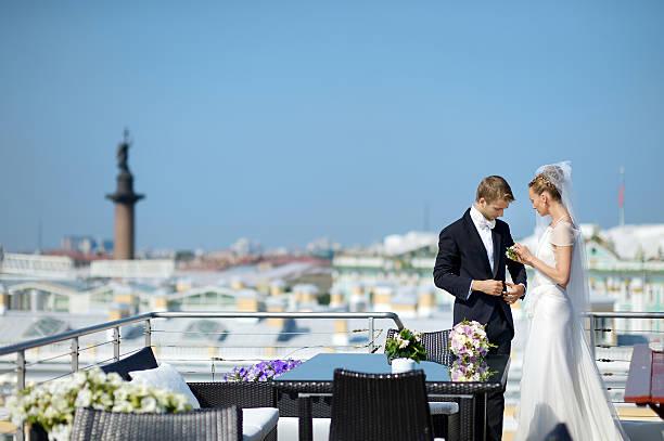 outdoor portrait von braut und bräutigam - wedding photography and videography stock-fotos und bilder