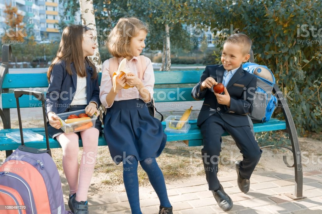 e05ca436b Retrato Al Aire Libre De Los Estudiantes De Escuela Primaria Con ...