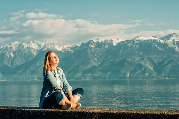 Outdoor-Porträt der glücklichen jungen Frau entspannen am See an einem schönen sonnigen Tag, peacful und harmonische Stimmung – Foto