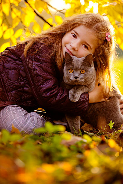 Outdoor Portrait von kleinen Mädchen umarmen Ihre Katze – Foto