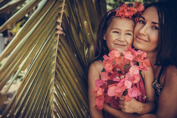 outdoor portrait der liebenden mutter und tochter - emoticon hug stock-fotos und bilder