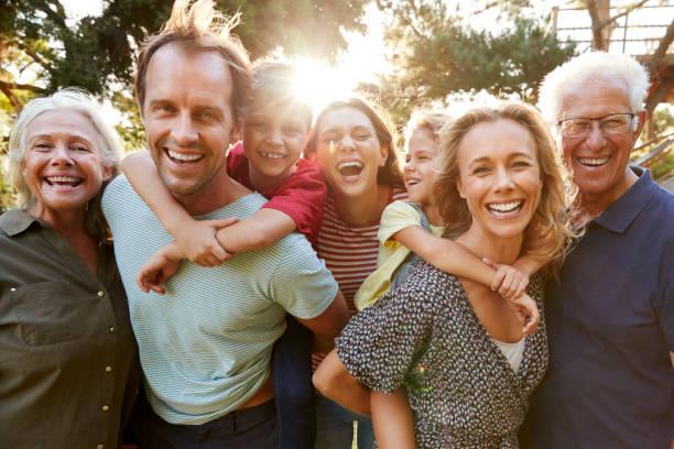 農村多代家庭與燃燒太陽漫步的戶外人像 - 中等人數群 個照片及圖片檔