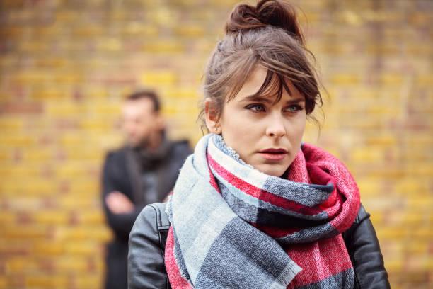 outdoor portrait von traurig frauen mit ihrem freund im hintergrund - liebeskummer englisch stock-fotos und bilder