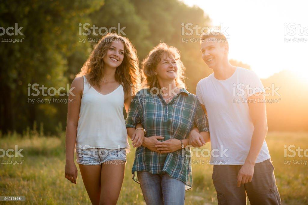Outdoor Portrait von lächelnden glücklich senior Mutter mit ihren Kindern – Foto