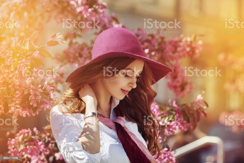 Outdoor portrait of young beautiful happy smiling lady posing near – Foto