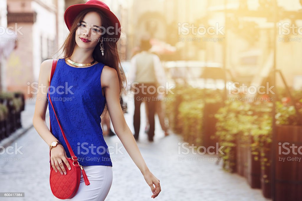 Outdoor portrait of young beautiful happy smiling woman posing on – Foto