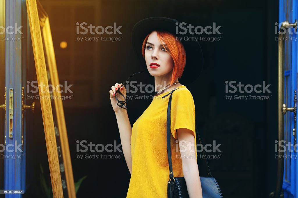 Outdoor portrait of young beautiful thoughtful lady walking on the – Foto