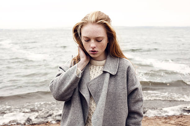 outdoor portrait von junge model - mode herbst 2015 stock-fotos und bilder
