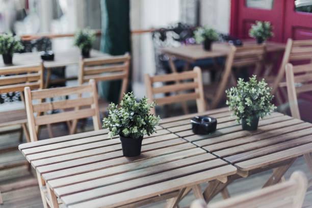 outdoor restaurant table with potted plant on it - esplanada portugal imagens e fotografias de stock