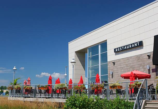restaurant-terrasse im freien - sonnenschirm terrasse stock-fotos und bilder