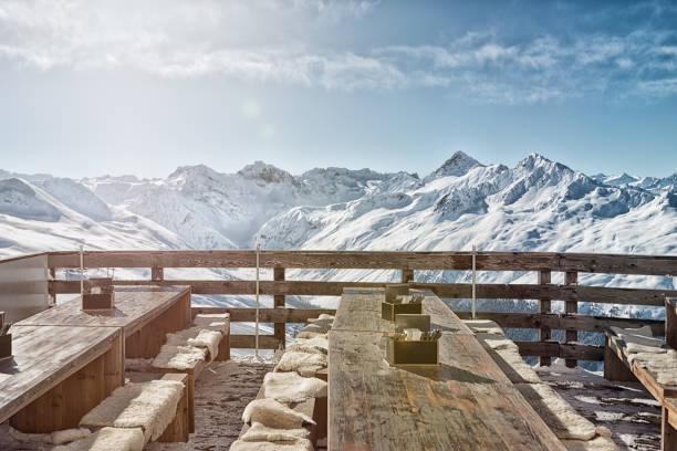 buiten restaurant met spectaculair uitzicht op de zwitserse alpen op de jakobshorn. - alpen stockfoto's en -beelden