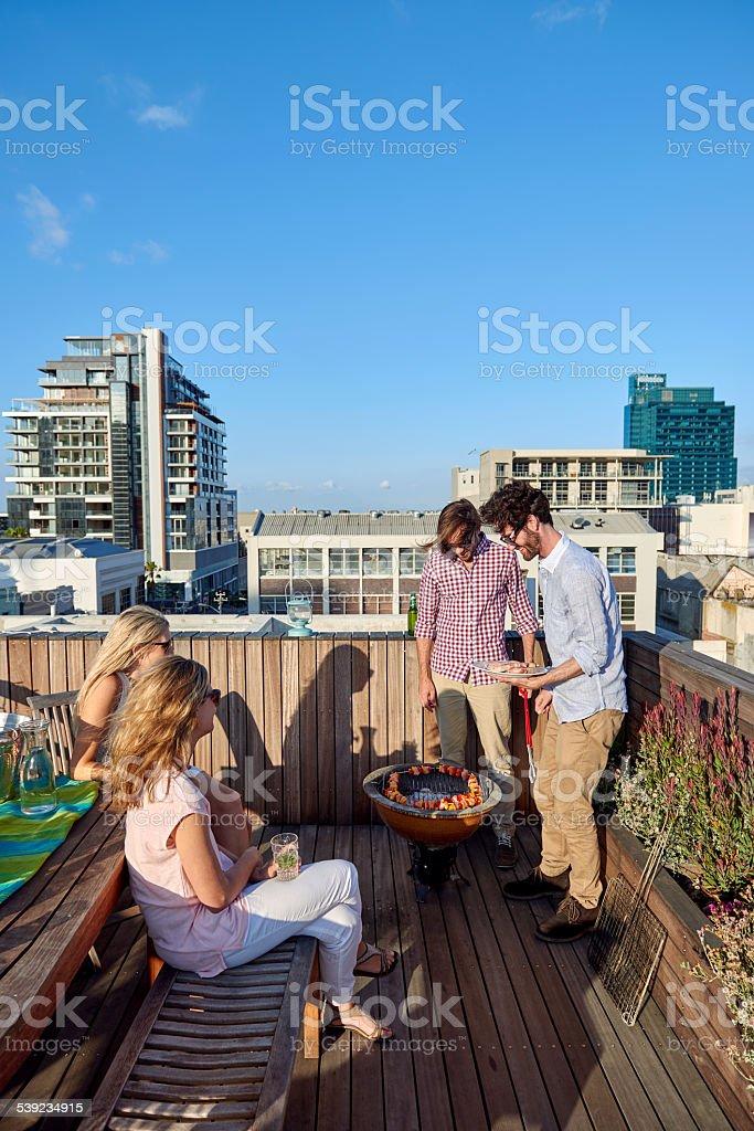 Espeto de churrasco ao ar livre na cobertura foto royalty-free