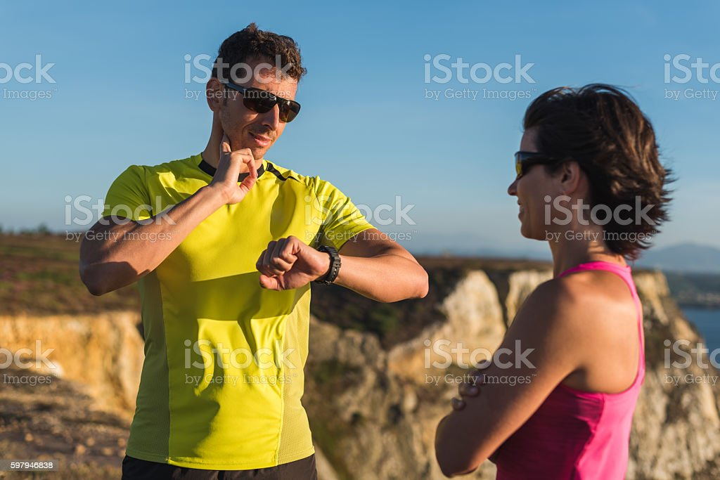 Outdoor runner male checking heart rate cardio workout with trainer foto royalty-free