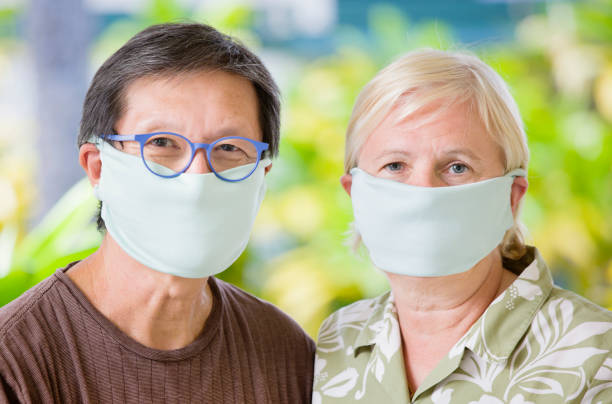 COVID-19 Outdoor Senior Paar mit hausgemachten Gesichtsmaske für soziale Entsung – Foto