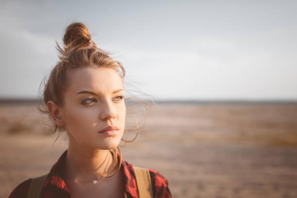 Im Freien Schuss einsame junge Frau auf Wüste – Foto