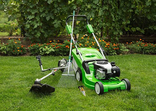 fotografia ao ar livre de equipamento de jardim - tools imagens e fotografias de stock