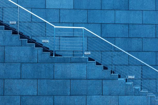 Escaleras exteriores y barandillas de acero - foto de stock