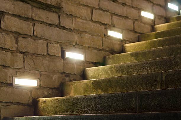 Outdoor Stufen mit seiner modernen integrierten Lampen beleuchtet – Foto