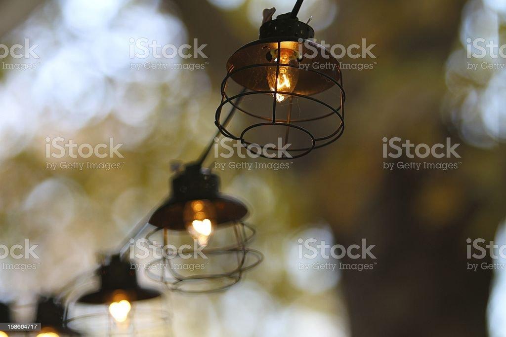 Lampade A Sospensione Allaperto : Stringa di luci allaperto con sfondo bokeh caldo fotografie