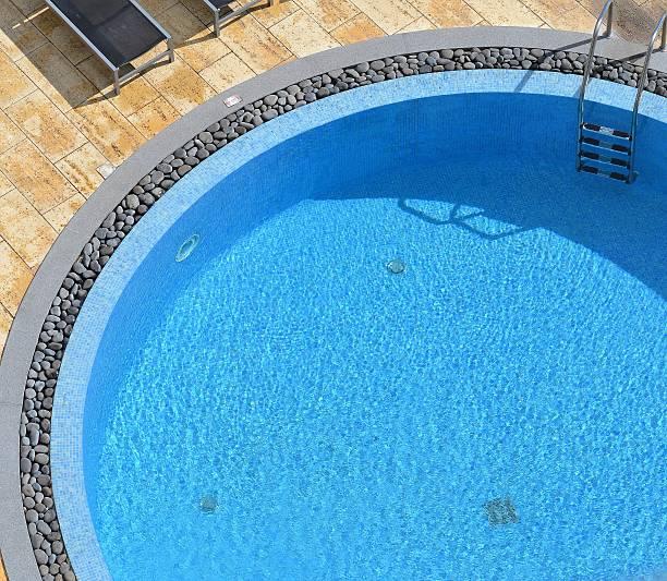 außen-swimmingpool. - pool rund stock-fotos und bilder