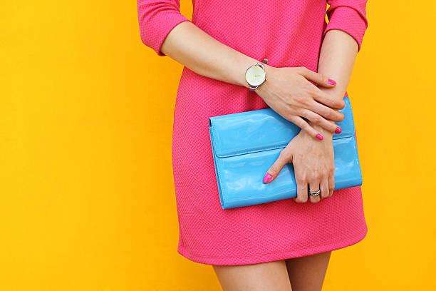 Chica de moda al aire libre, cerca de pared street, amarillo . Con estilo vestido rosa - foto de stock