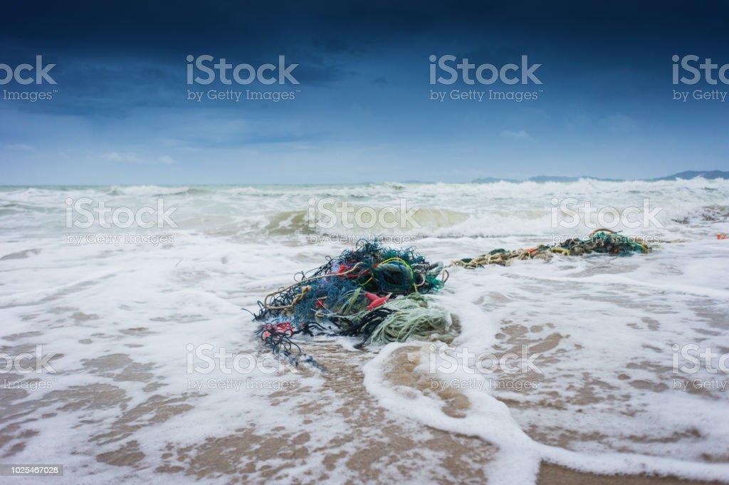Außenansicht des Net und Seile Müll am Strand Angeln, sammelt jeden Tag Müll am Strand von Ocean Strömungen Effekt – Foto