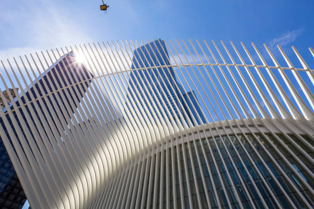 Blick im Freien auf World Trade Center Transportation Hub oder Oculus von Santiago Calatrava Architekt in Financial District entworfen – Foto