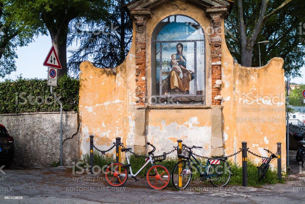 Statue de prise en charge extérieure la Vierge Marie avec vélos - Photo
