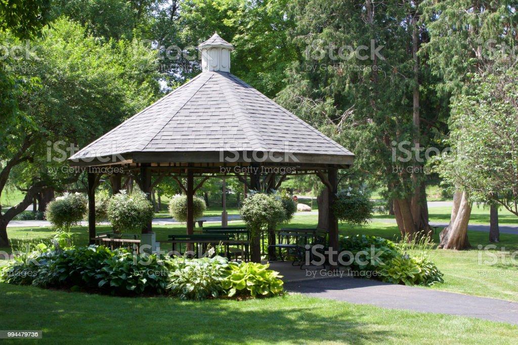 Photo libre de droit de Kiosque De Jardin En Bois Dans Un ...