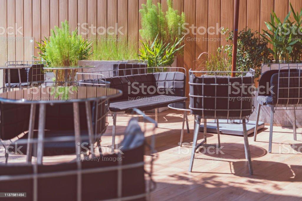 Terraza Exterior De Madera Con Decoración De Muebles Sueltos
